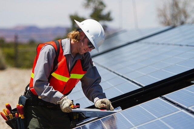 Instalador montando placas solares